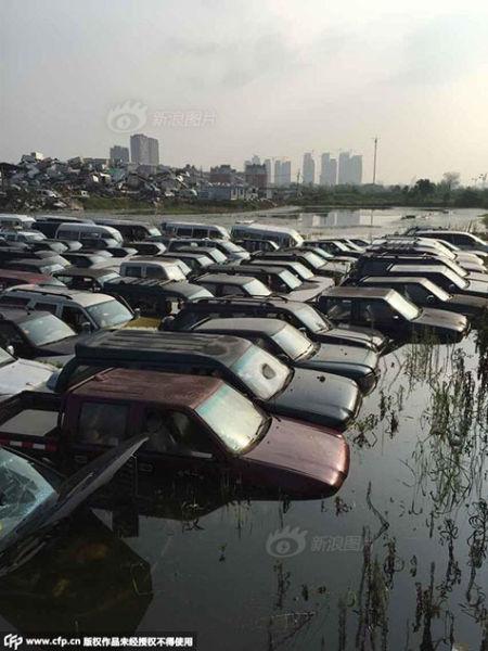 Hàng trăm ô tô hóa phế liệu vì bị ngâm nước mưa 3