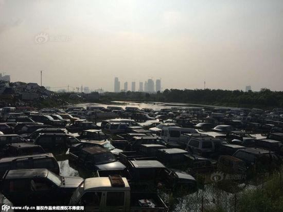 Hàng trăm ô tô hóa phế liệu vì bị ngâm nước mưa 5