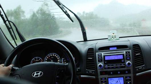 Những lưu ý khi lái xe dưới trời mưa lớn 1