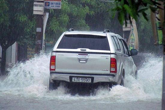 Những lưu ý khi lái xe dưới trời mưa lớn 2