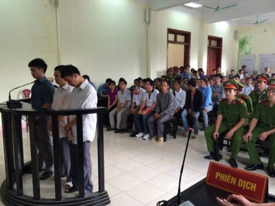 Hàng nghìn người tới phiên tòa xét xử vụ sập cầu Chu Va 1