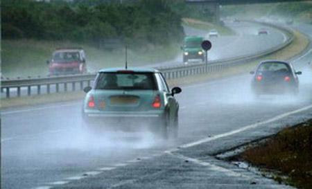 Những lưu ý khi lái xe dưới trời mưa lớn 3