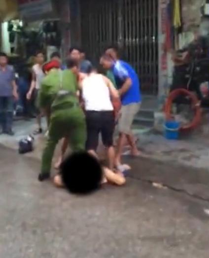 Hà Nội: Nam thanh niên khỏa thân, cầm kéo làm loạn khu phố 1