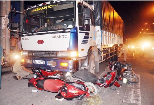 Xe tải mất lái cuốn bốn xe máy đang dừng đèn đỏ vào gầm 1