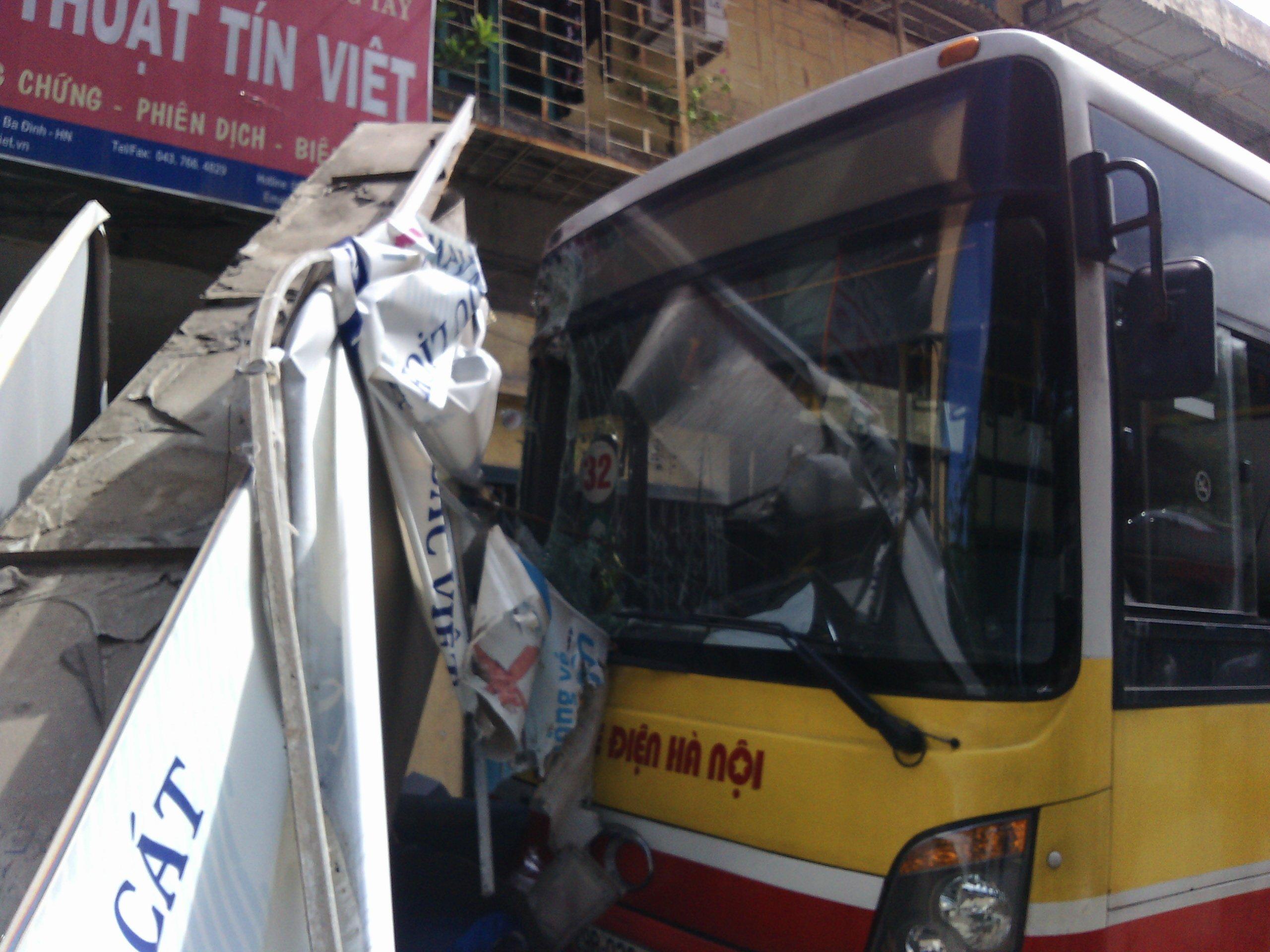Hà Nội: Xe bus mất lái lao lên vỉa hè, tông đổ hàng loạt xe máy 1