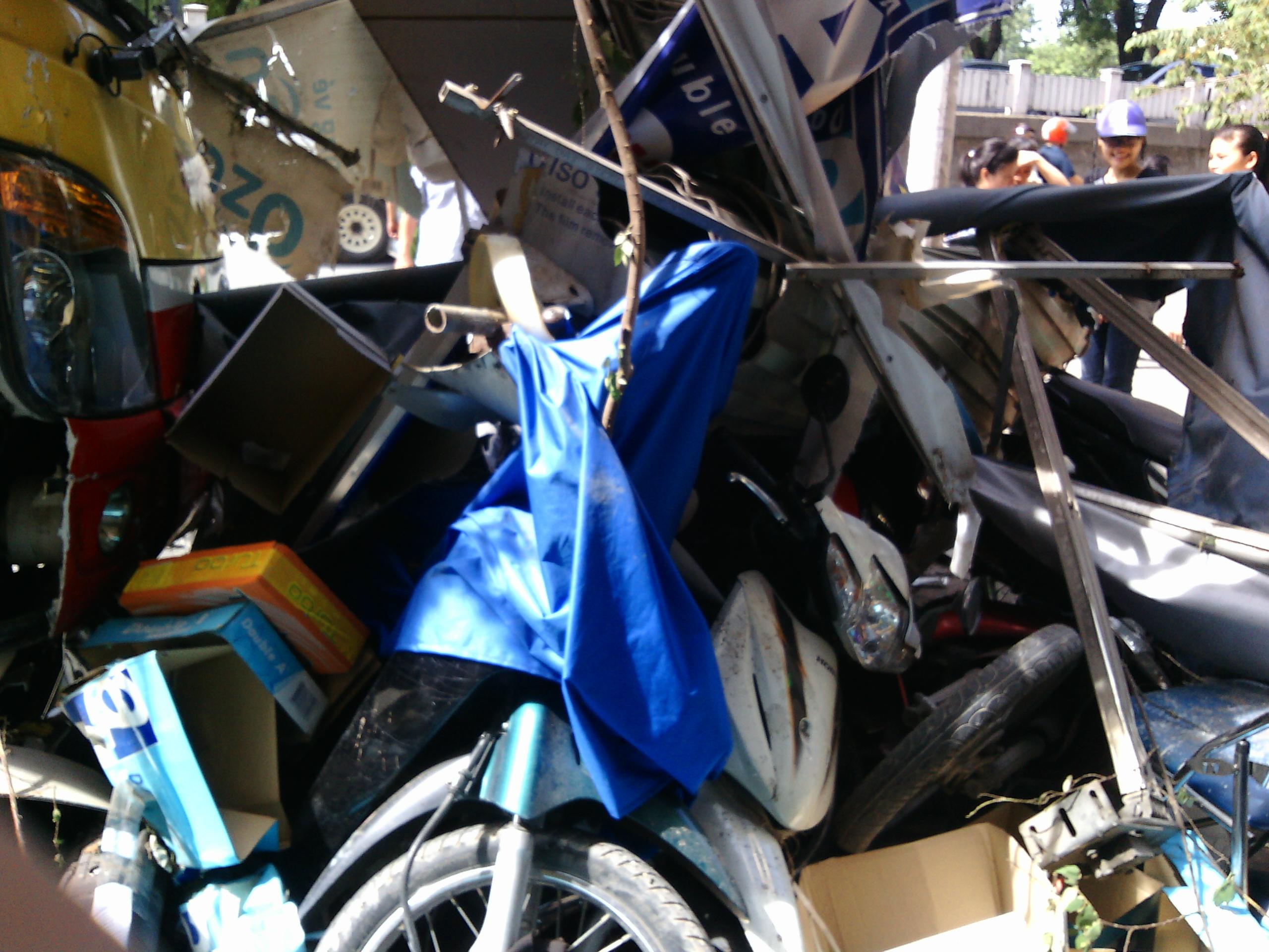 Hà Nội: Xe bus mất lái lao lên vỉa hè, tông đổ hàng loạt xe máy 4