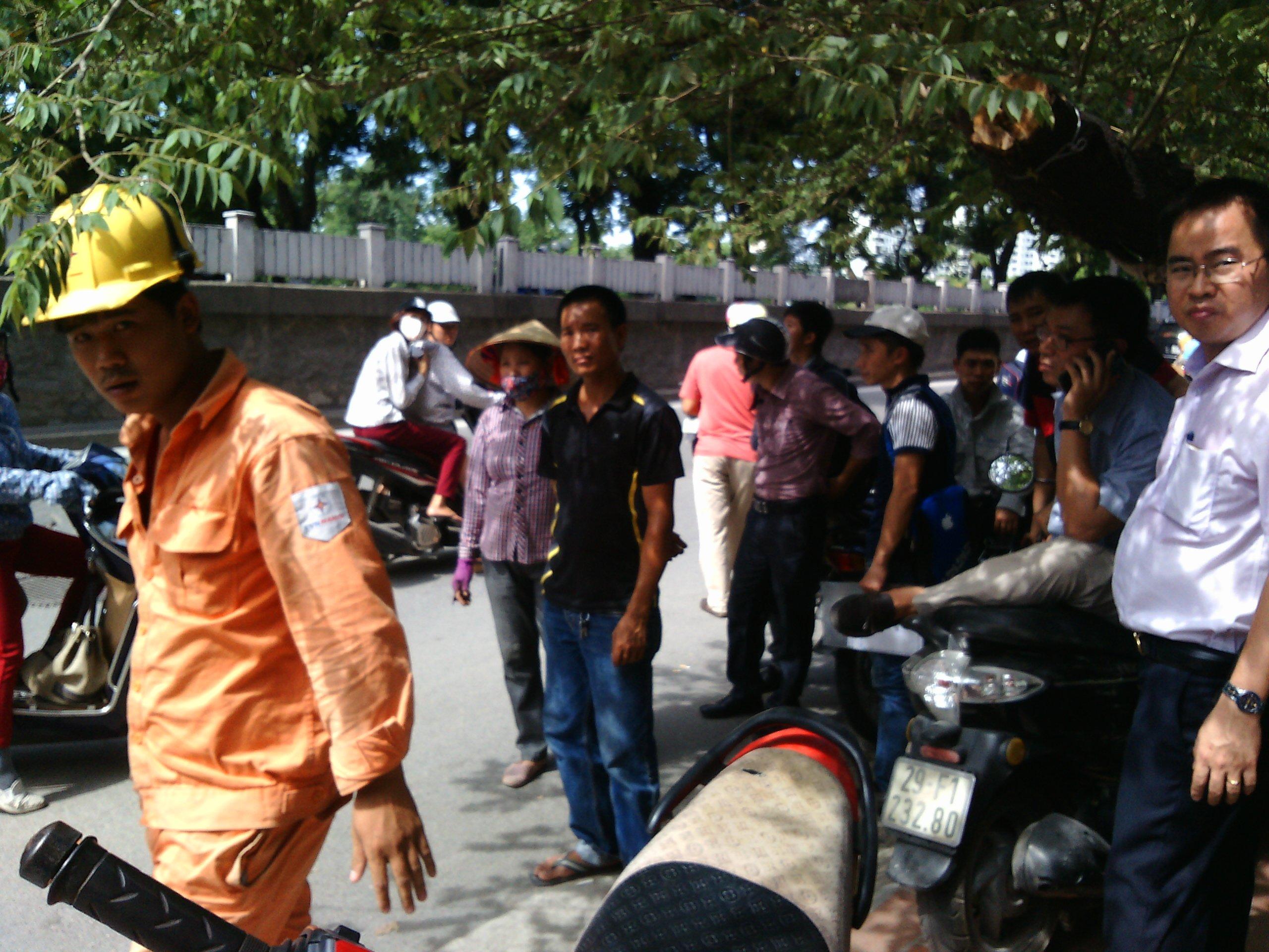 Hà Nội: Xe bus mất lái lao lên vỉa hè, tông đổ hàng loạt xe máy 6