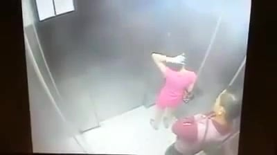 Loạt video thiếu nữ bị cướp giật trắng trợn trong thang máy 1
