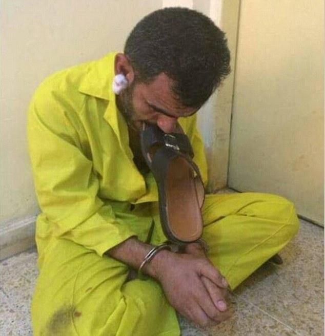 Phiến quân IS bị sỉ nhục tột độ vì phải nhai dép trên truyền hình 1