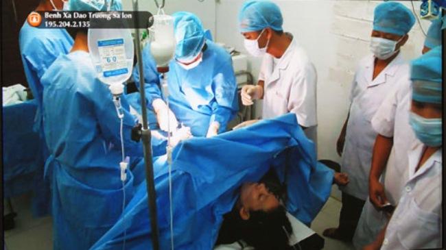 Mổ trực tuyến cứu sống một bệnh nhân đau ruột thừa ở Trường Sa 1