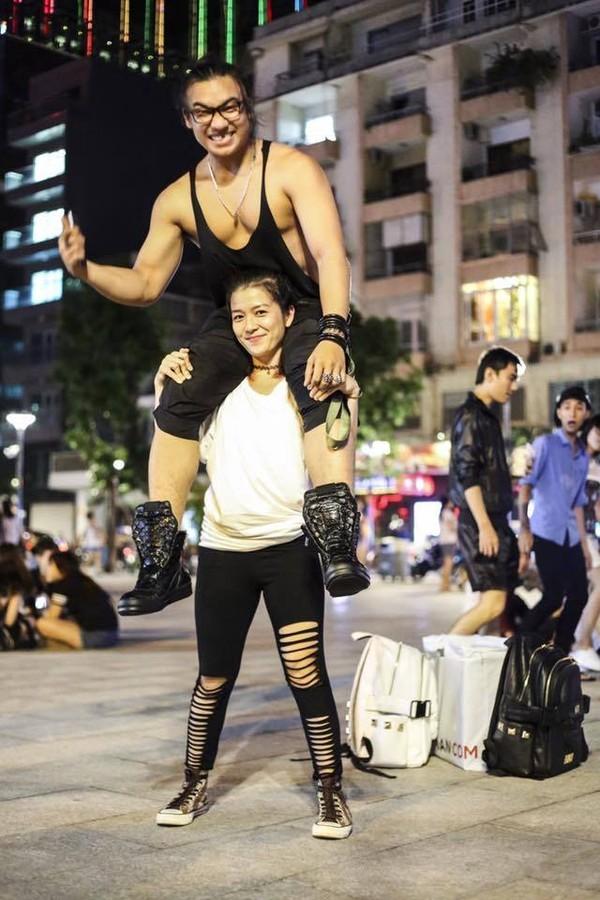 Video: Cô gái Việt nhỏ nhắn nâng chàng trai 106kg 2