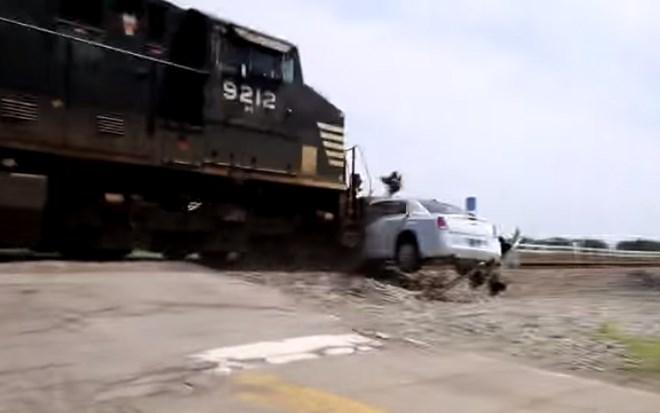Video: Tàu hỏa đâm trực diện, kéo lê siêu xe Limo trên đường ray 1