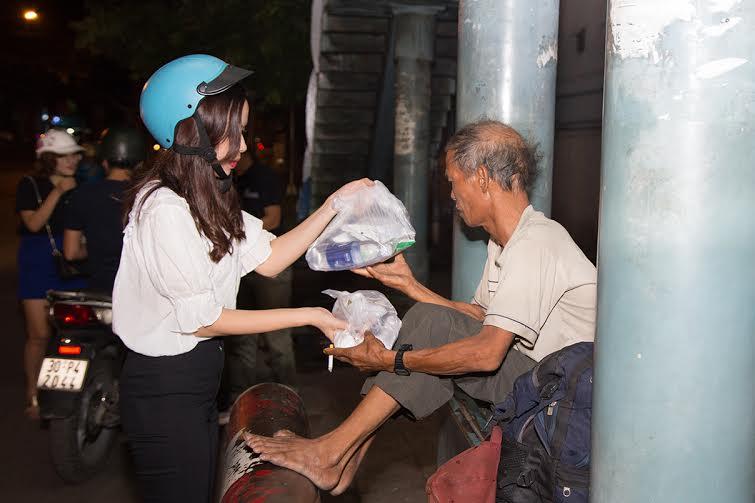 Vợ chồng Lưu Hương Giang - Hồ Hoài Anh giản dị đi phát cơm trong đêm 2