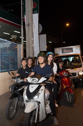 Vợ chồng Lưu Hương Giang - Hồ Hoài Anh giản dị đi phát cơm trong đêm 3