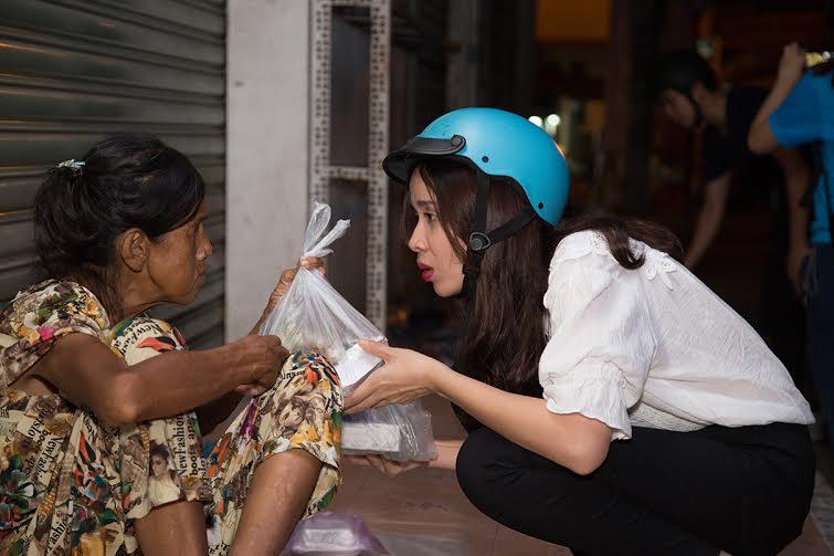 Vợ chồng Lưu Hương Giang - Hồ Hoài Anh giản dị đi phát cơm trong đêm 4