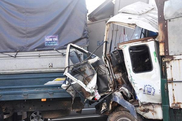 Tai nạn liên hoàn: 7 xe dính chặt nhau, tài xế xe tải kẹt trong cabin 1