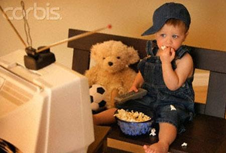 Cách sửa thói quen vừa ăn vừa xem ti vi của con 1