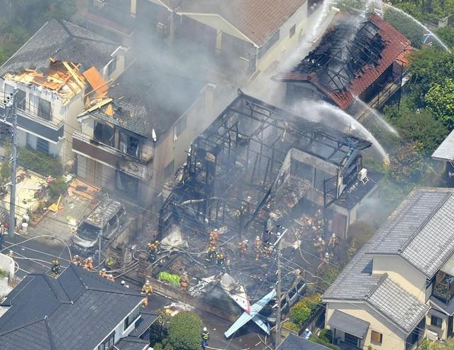 Máy bay hạng nhẹ rơi xuống Tokyo, 3 tòa nhà bốc cháy 3