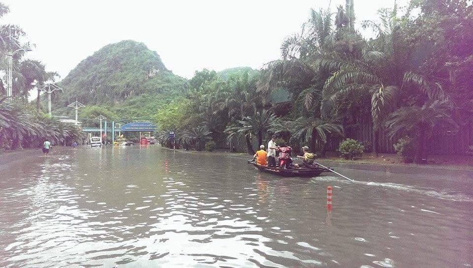 Quảng Ninh: Người dân phải chèo thuyền trên quốc lộ 4