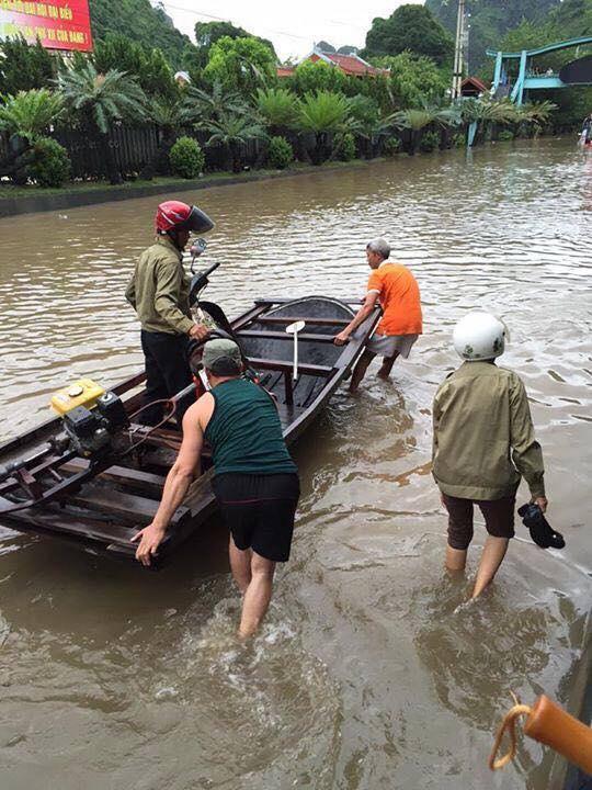 Quảng Ninh: Người dân phải chèo thuyền trên quốc lộ 6