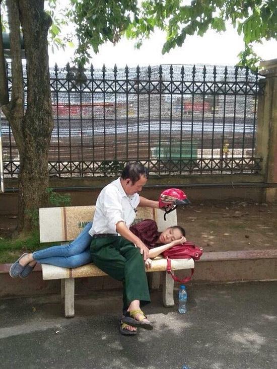 Bức ảnh bố che nắng cho con gái ngủ trưa trong ngày thi gây xúc động 1