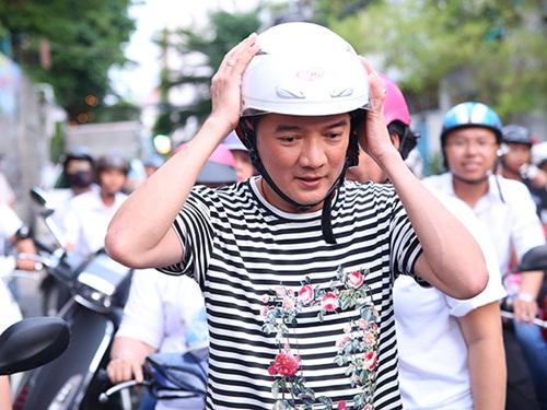 Đàm Vĩnh Hưng vi vu xe gắn máy trong chuyến từ thiện 1