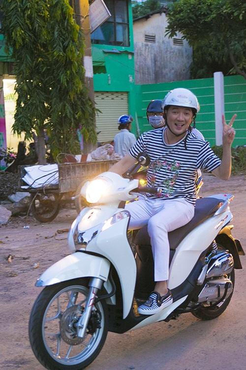 Đàm Vĩnh Hưng vi vu xe gắn máy trong chuyến từ thiện 2