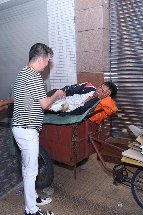 Đàm Vĩnh Hưng vi vu xe gắn máy trong chuyến từ thiện 6