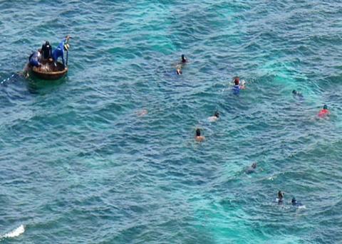 Tàu chìm, ngư dân ôm can nhựa lênh đênh 20 giờ trên biển 1