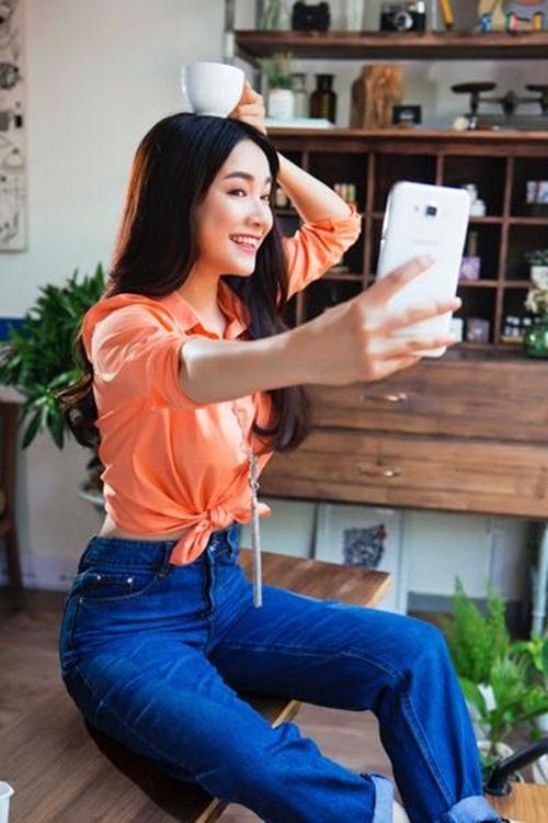Facebook sao Việt: Angela Phương Trinh diện váy đỏ gợi cảm, Tú Linh hóa cô dâu 4