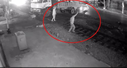 Video: Bất lực nhìn xe tải chết máy giữa đường ray bị tàu cán nát 1