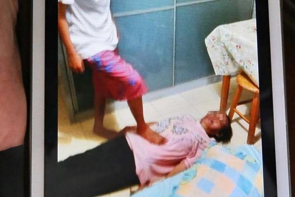 Singapore: Con gái thường xuyên hành hạ mẹ già gây rúng động 2