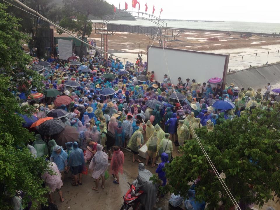 Hàng nghìn người đội mưa đợi tàu tại đảo Cô Tô 5