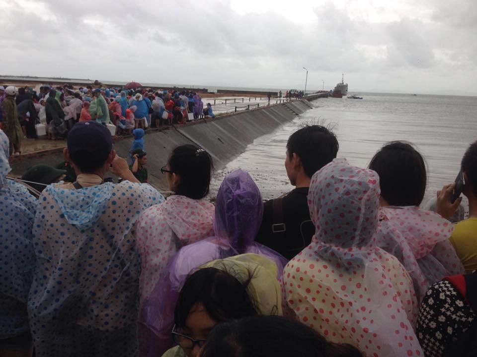 Hàng nghìn người đội mưa đợi tàu tại đảo Cô Tô 4