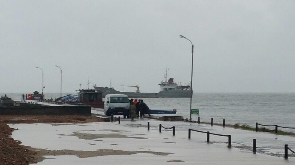 Hàng nghìn người đội mưa đợi tàu tại đảo Cô Tô 3