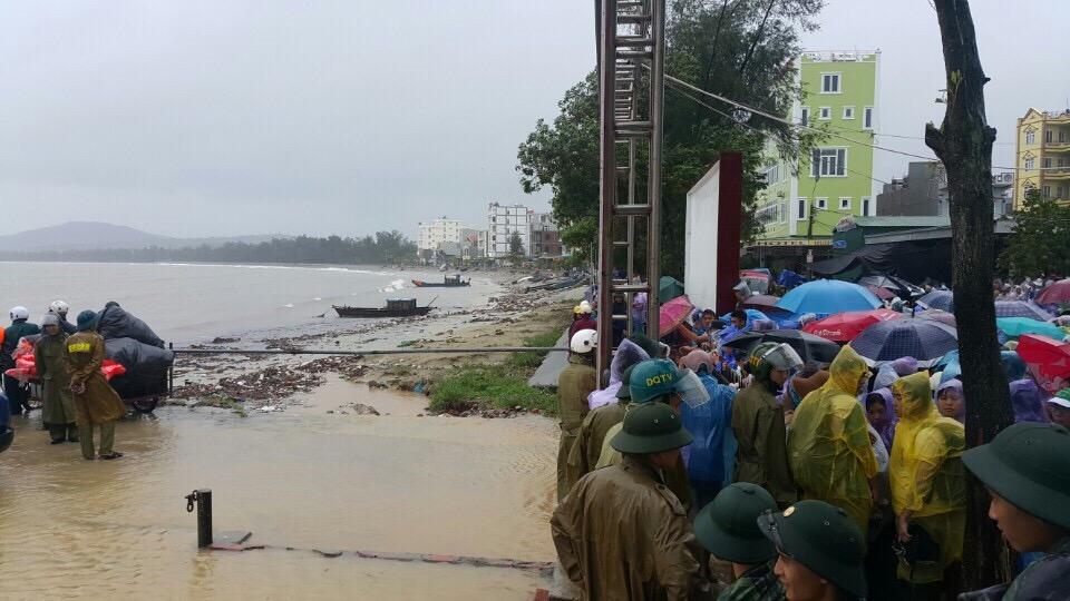 Hàng nghìn người đội mưa đợi tàu tại đảo Cô Tô 8