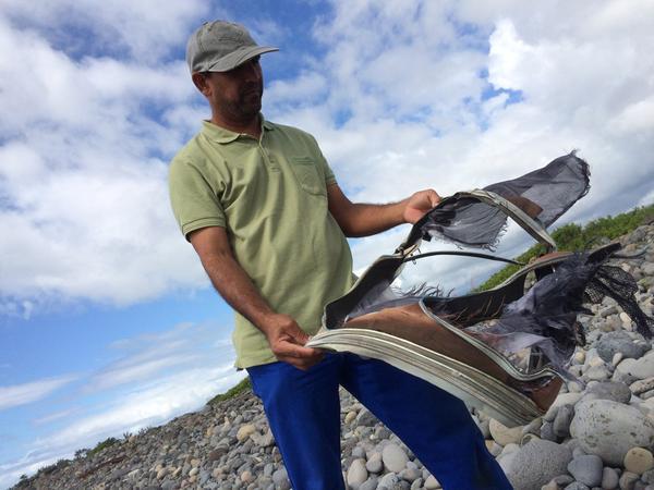 MH370: Phát hiện túi hành lý gần mảnh vỡ được tìm thấy trên đảo Reunion 1