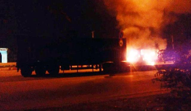 Xe container đang đi bốc cháy dữ dội ở TP.HCM 1