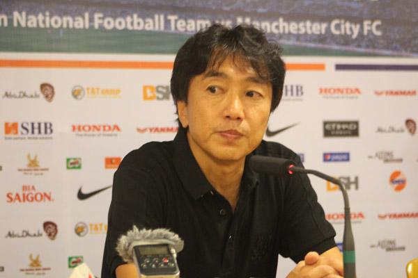 HLV Miura lên tiếng về việc Công Phượng vào sân muộn ở trận gặp Man City 2