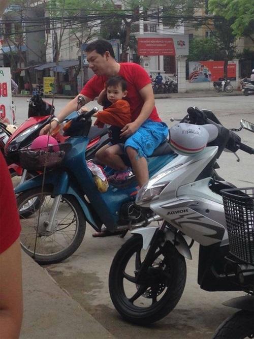 Quang Thắng chở con trai trên chiếc xe máy cũ gây sốt mạng 1