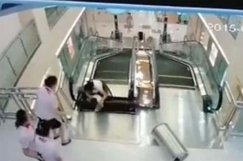 Video: Cách đi thang cuốn an toàn gây sốt cộng đồng mạng TQ 4