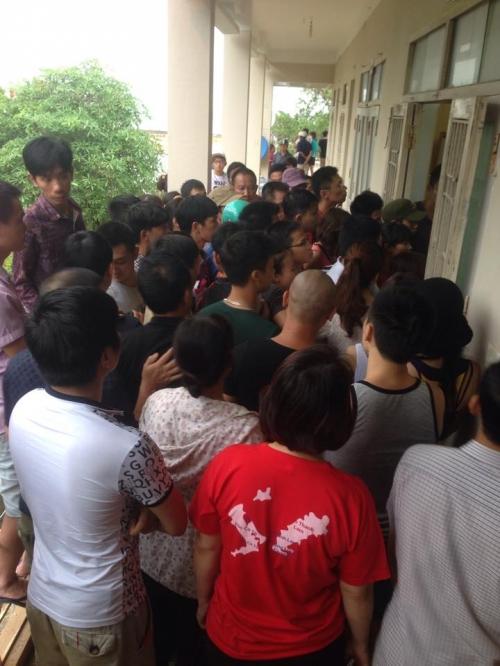 Mưa lũ ở Quảng Ninh: Người dân chen chúc bốc thăm về đất liền 2