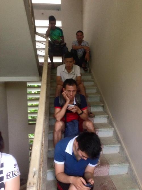 Mưa lũ ở Quảng Ninh: Người dân chen chúc bốc thăm về đất liền 3