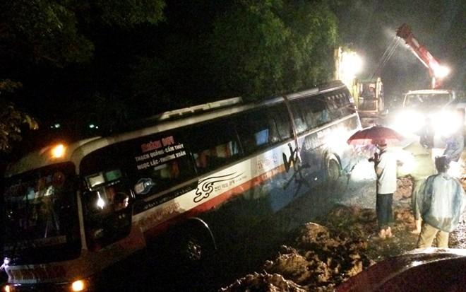 Xe khách 45 chỗ lao xuống hố sâu, hành khách gào thét kêu cứu 1