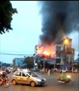 Hà Nội: Cháy lớn ở Gia Lâm, quán cà phê bốc cháy ngùn ngụt 1