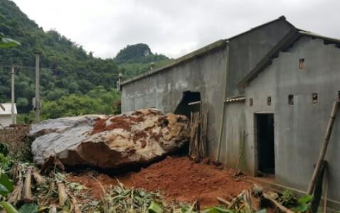 Mưa lũ ở Lạng Sơn: Tảng đá nặng 20 tấn rơi vào nhà dân 1