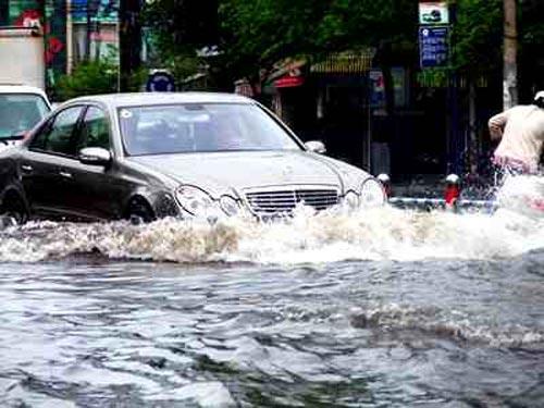 Những điểm cần lưu ý khi lái xe trong thời tiết mưa bão 3