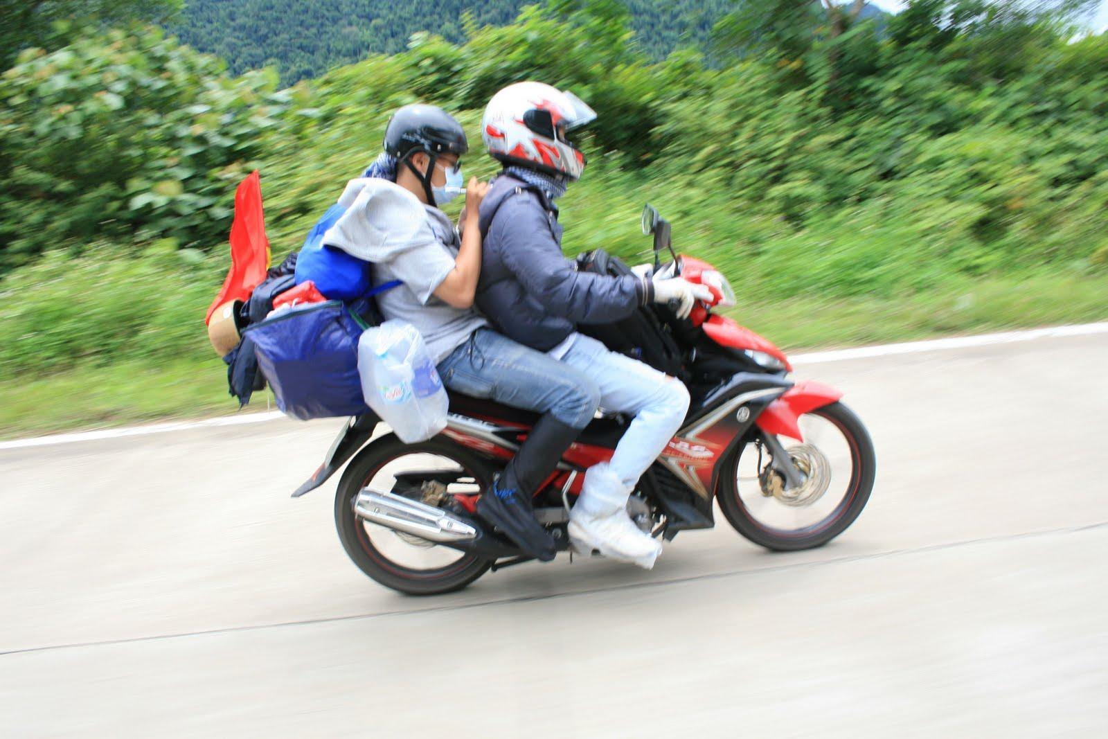 'Phượt' xe máy vào mùa mưa cần những gì? 1