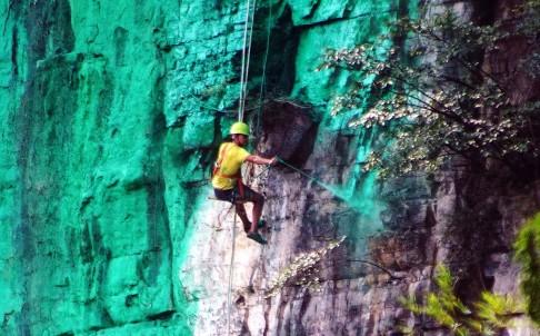 Người đàn ông sơn xanh cả vách núi cho hợp phong thủy 3