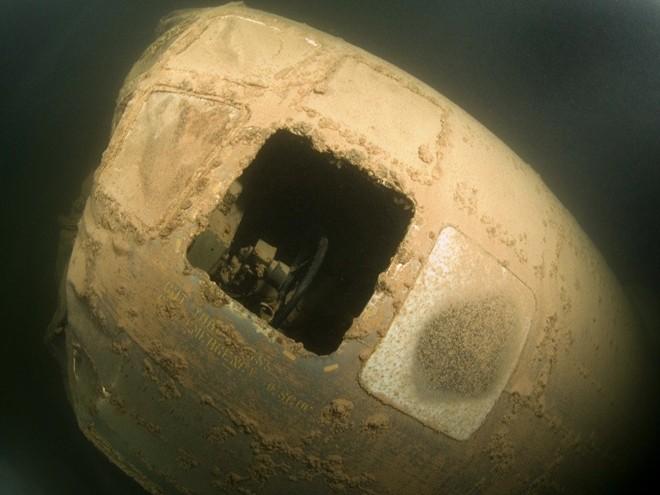 Thợ lặn phát hiện xác máy bay ném bom Mỹ dưới đáy hồ 3